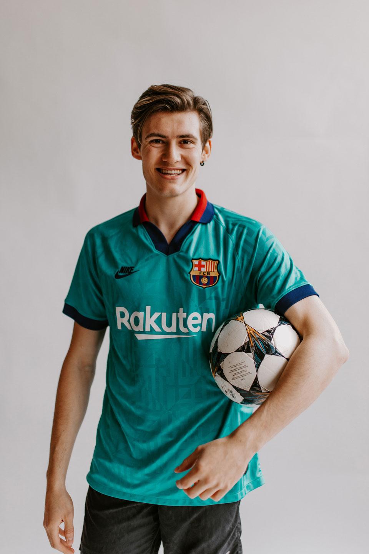 Lorenz Alder mit Fussball unter dem Arm