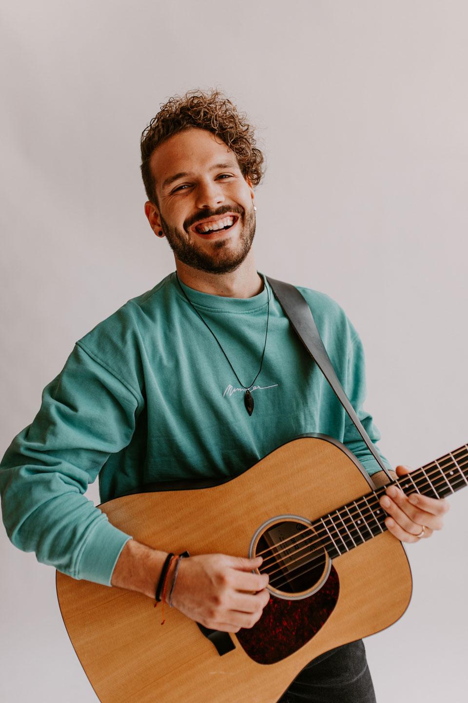 Pascal Wigert mit Gitarre